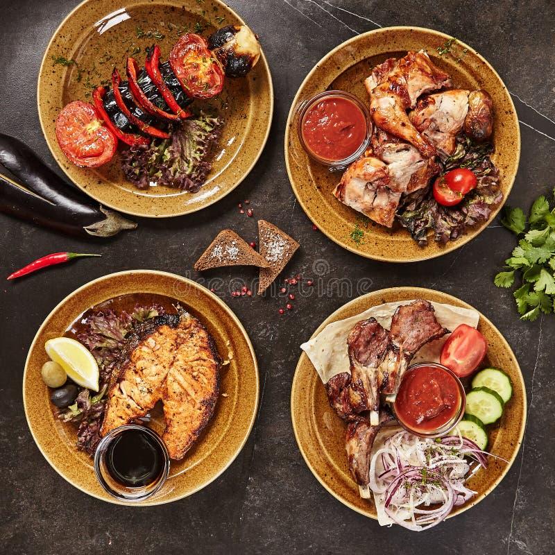 Uppsättning av rökt grillat BBQ-kött, bästa sikt för fisk och för grönsaker royaltyfri bild