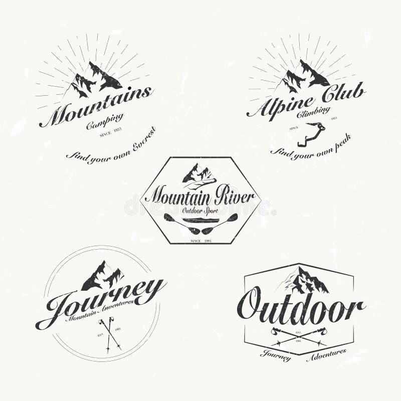 Uppsättning av retro tappningvektorberg och utomhus- logoer stock illustrationer