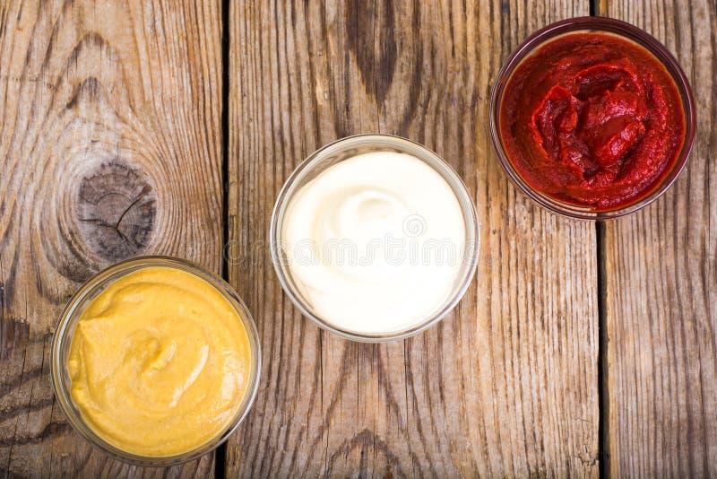 Uppsättning av sås-majonnäs, ketchup och senap för tre klassiker royaltyfri fotografi