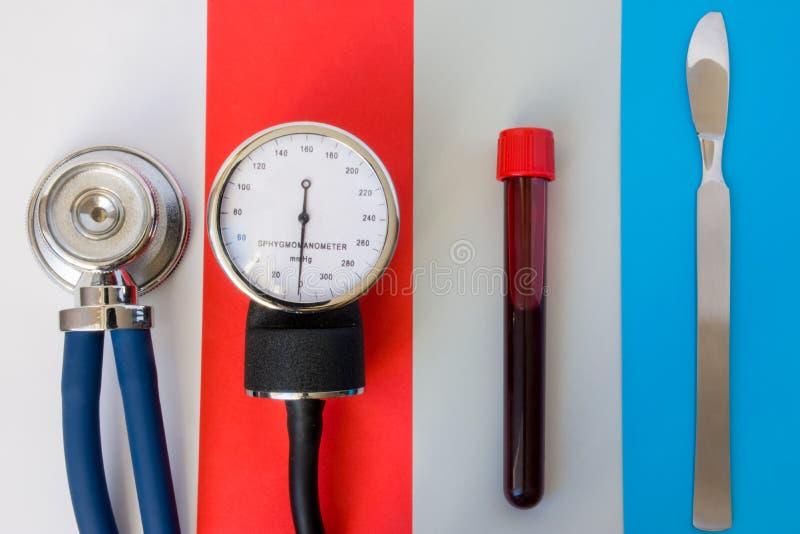 Uppsättning av sjukhus, medicinska objekt för poliklinikpatient eller material för medicinskt nödläge: stetoskop sphygmomanometer royaltyfri fotografi