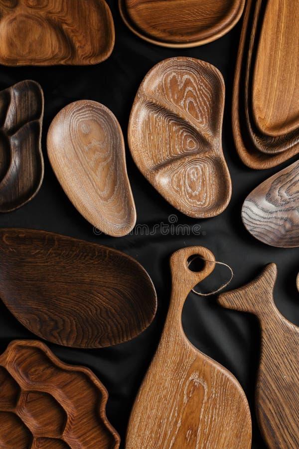 Uppsättning av skärbrädor på träbakgrund fotografering för bildbyråer
