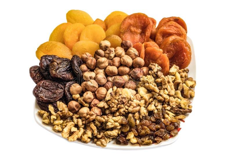 Uppsättning av skalade hasselnötter, valnötkärnor, russin och torkade aprikors av olika sorter fotografering för bildbyråer