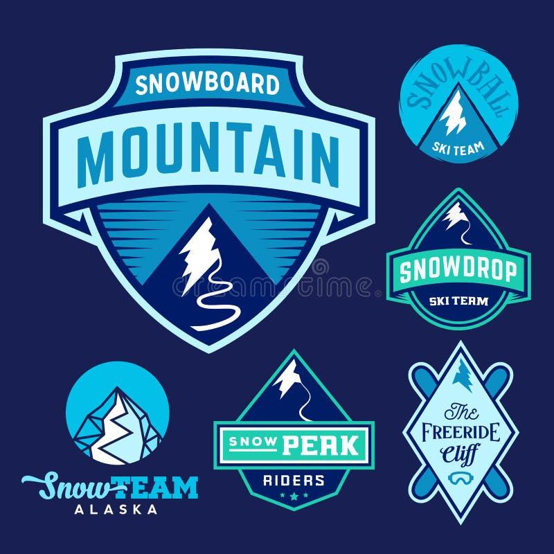 Uppsättning av Ski Snowboard Snow Mountains Sport logoer eller tappningetiketter som är färgrik på blå bakgrund vektor illustrationer