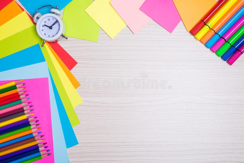 Uppsättning av skolabrevpappertillförsel Tom anteckningsbok, färgade blyertspennor, pennor, sax, radergummi på träskrivbordet fotografering för bildbyråer