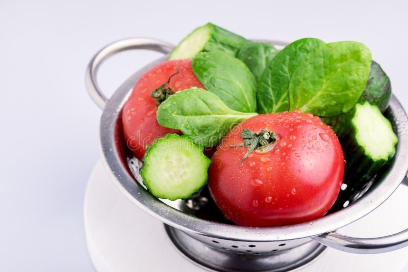 Uppsättning av smakliga rå grönsaker och härliga spenat Gray Background Close Up Ingredients för tomatgurkaavokado för sallad royaltyfri bild
