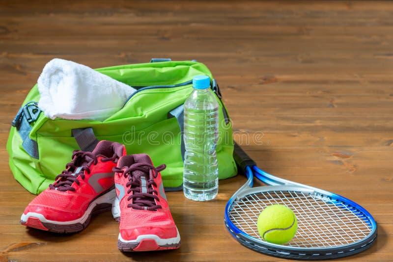 Uppsättning av sportlättheter för att spela tennis arkivbild