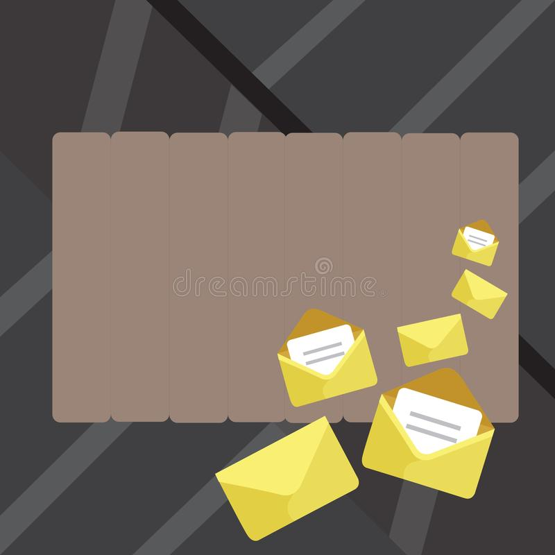 Uppsättning av stängda och öppna kuvert med den pappers- stoppade insidan Olika format av den guld- färgbokstavscasingen i ett hö royaltyfri illustrationer