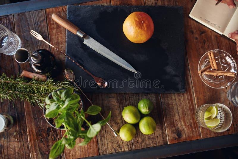 Uppsättning av stångtillbehör och ingredienser för framställning av en coctail royaltyfria foton