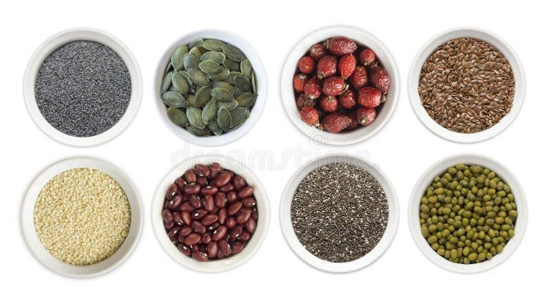 Uppsättning av superfood som isoleras på vit bakgrund Superfood med kopieringsutrymme för text Frö av lin, vallmo, bönor, mung bö royaltyfria bilder