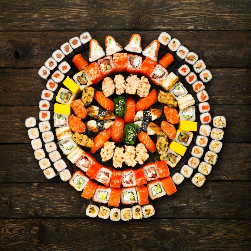 Uppsättning av sushi, maki och rullar på trä royaltyfri foto