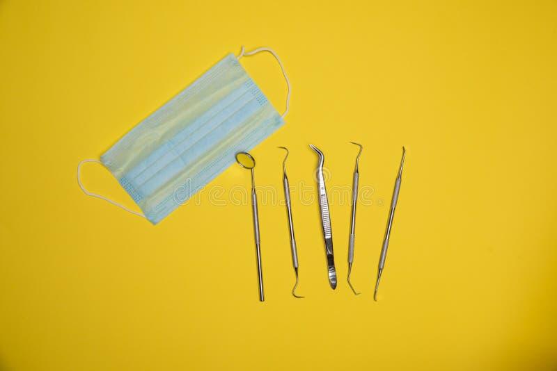 Uppsättning av tand- hygien Kit Including Anti Fog Mirror, tandstenskrapa, tand- hacka, tand- Scaler, tand- kirurgisk tång och royaltyfri foto