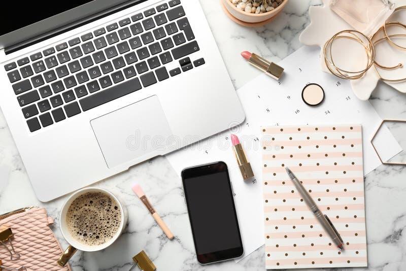 Uppsättning av tillbehör, kaffe, mobiltelefonen och bärbara datorn royaltyfria bilder