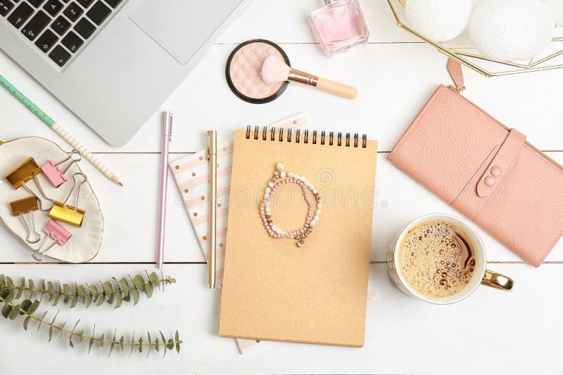 Uppsättning av tillbehör, skönhetsmedel och bärbara datorn på träbakgrund, lekmanna- lägenhet Skönhet som blogging arkivbilder