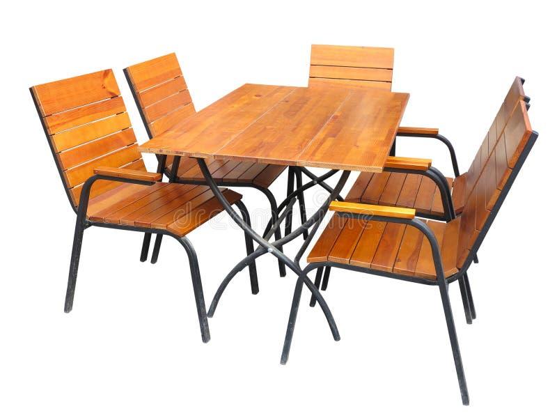 Uppsättning av träträdgårds- möblemangtabell och stolar som isoleras på whit arkivbild