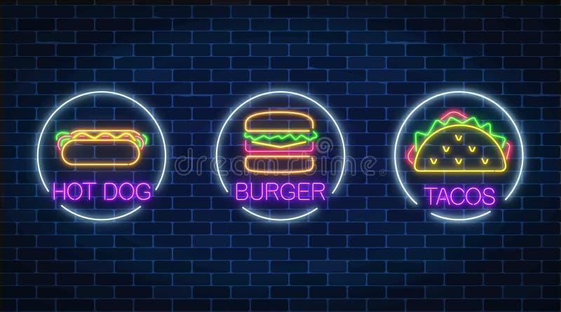 Uppsättning av tre glödande tecken för neon av hamburgaren, varmkorven och taco i cirkelramar på en mörk bakgrund för tegelstenvä vektor illustrationer