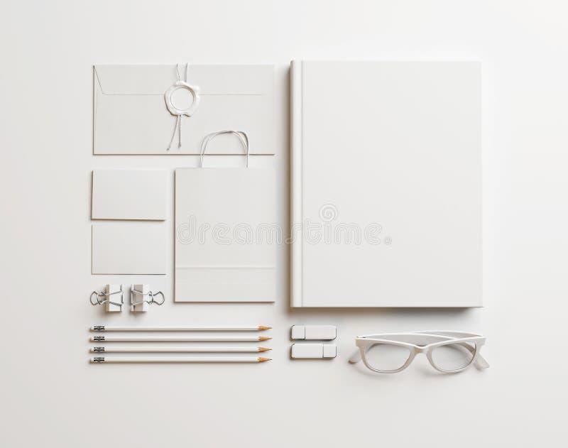Uppsättning av vita beståndsdelar på pappers- bakgrund royaltyfri fotografi