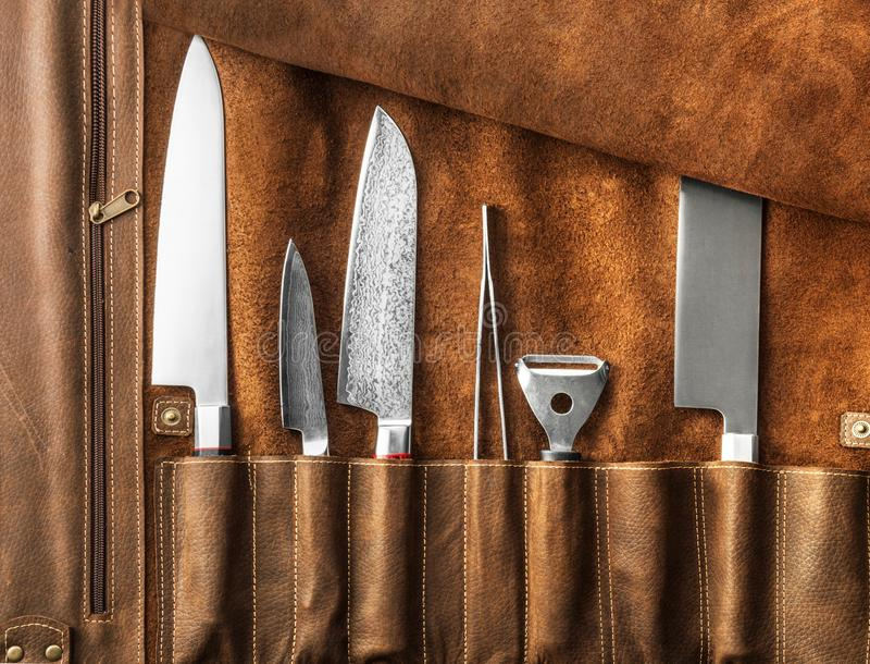 Uppsättning av yrkesmässiga kockhjälpmedel Specialt fall av kockknivar arkivbilder