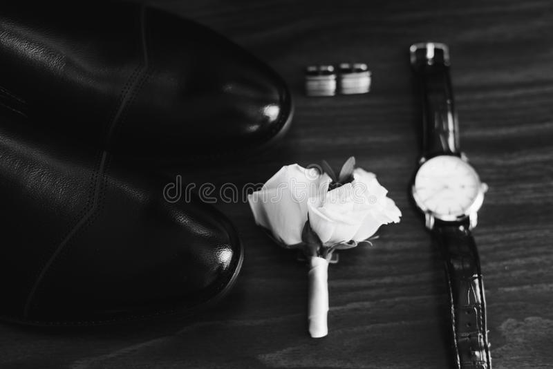 Uppsättning för bröllop för brudgum` s i svartvitt arkivbild