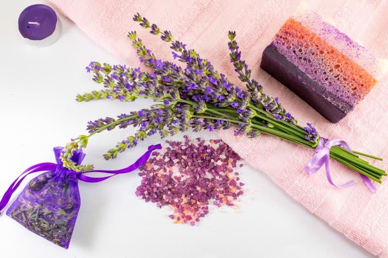Uppsättning för gåva för lavendelprodukter naturlig fotografering för bildbyråer