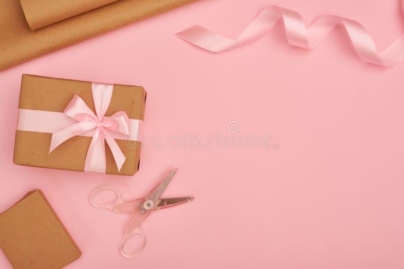 Uppsättning för gåvainpackning på rosa flatlay fotografering för bildbyråer