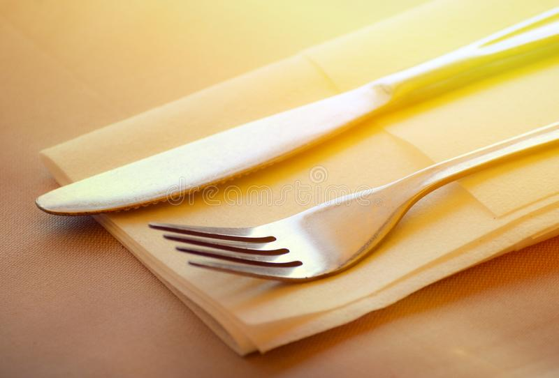 Uppsättning för gaffel- och knivrestaurangtabell royaltyfri fotografi