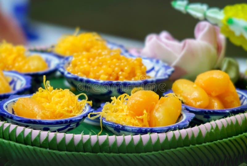 Uppsättning för guld- trådar, Med Khanoon eller Bean Paste, thailändska söta efterrätter royaltyfria foton