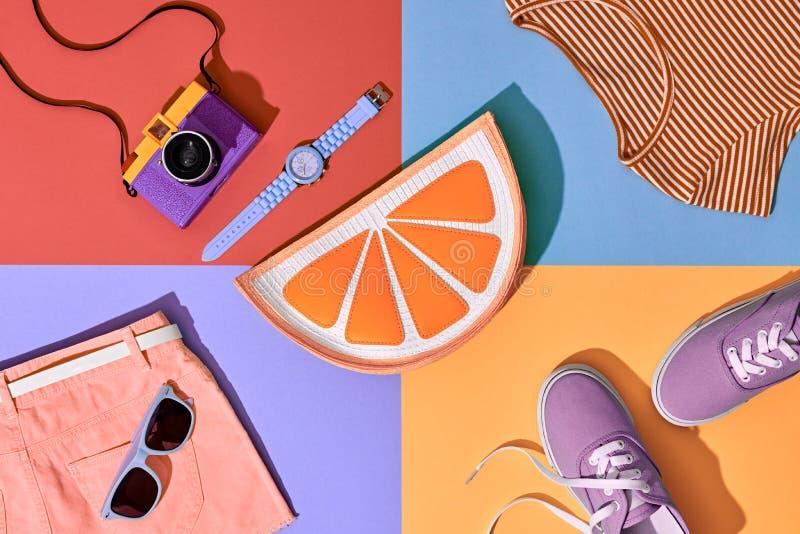 Uppsättning för modesommarHipster Filmkamera Designkonst arkivbilder