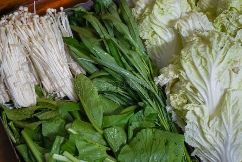 Uppsättning för ny grönsak på korg arkivfoton