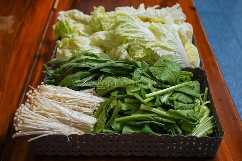 Uppsättning för ny grönsak på korg arkivbilder
