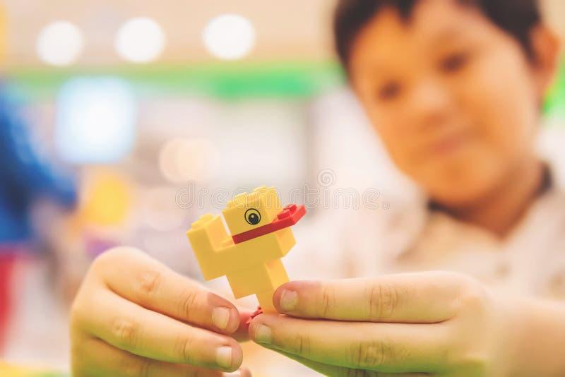 Uppsättning för pussel för kvarter för leksak för pojkelek färgrik arkivbild