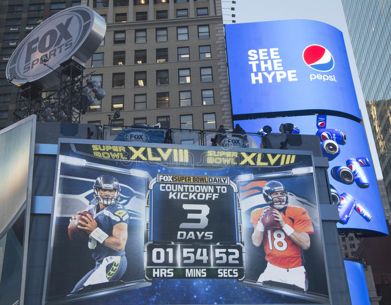 Uppsättning för rävsportTV-sändning på Times Square med klockan som räknar matchen för tidkassalådaSuper Bowl XLVIII i Manhattan royaltyfri fotografi
