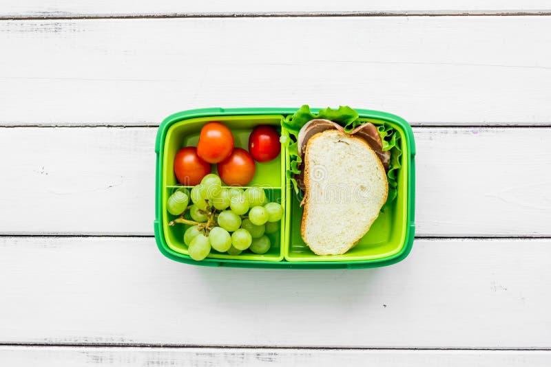 Uppsättning för skolalunch med smörgåsen och grönsaker i bästa sikt för lunchboxbakgrund royaltyfria bilder