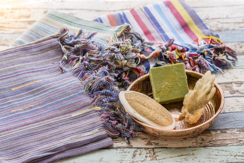Uppsättning för turkiskt bad med peshtemals, svampen, naturlig tvål och skurborsten arkivbild