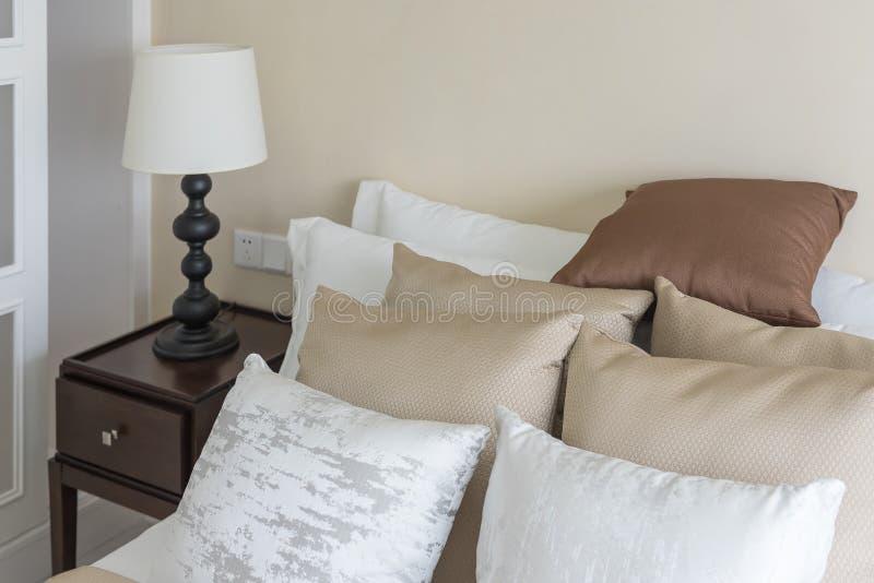uppsättningen av brunt kudde på säng i klassiskt sovrum arkivfoton