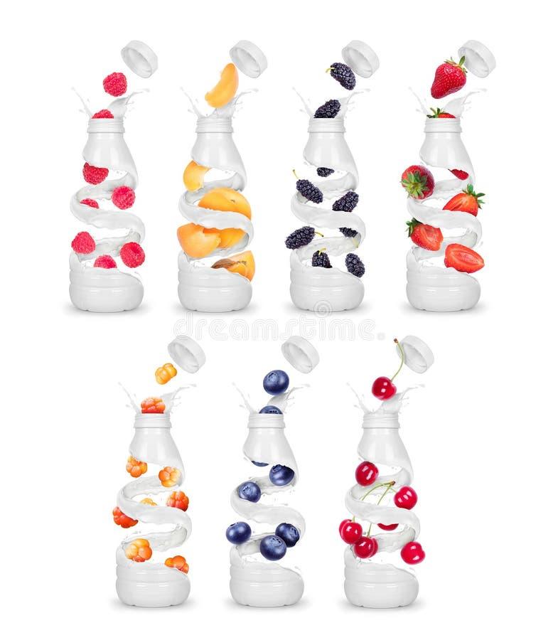 Uppsättningen av flaskor som göras från, mjölkar med olika bär arkivfoto