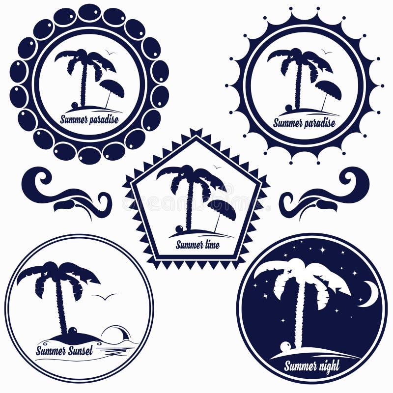 Uppsättningen av logoer för sommarstrand, sommarparadiset, stället för vilar, hotellet, kafét, etc. stock illustrationer