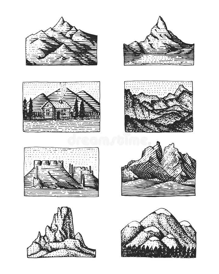 Uppsättningen av 8 olika emblem med berg som inristas, den drog handen eller skissar stil inkluderar logoer för att campa som fot stock illustrationer