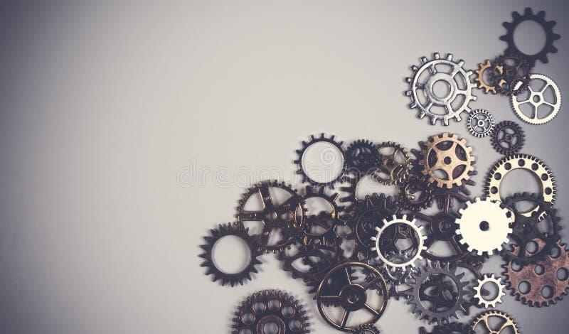 Uppsättningen av rostig metall utrustar eller kuggekugghjulet på en vit bakgrund royaltyfri bild