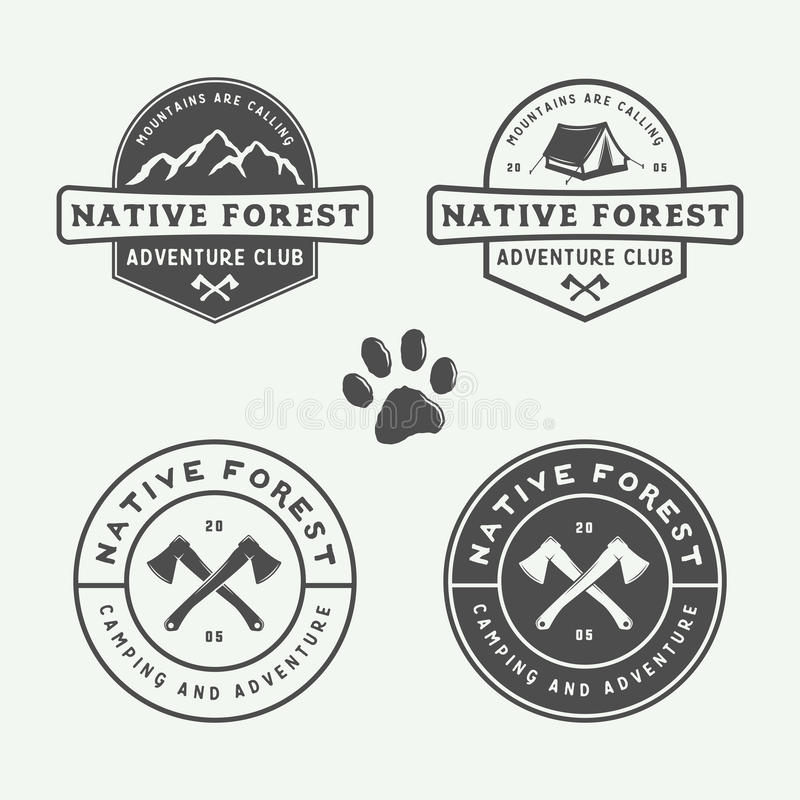Uppsättningen av tappning som campar som är utomhus- och, äventyrar logoer, emblem royaltyfri illustrationer