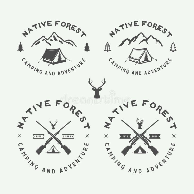 Uppsättningen av tappning som campar som är utomhus- och, äventyrar logoer, emblem vektor illustrationer