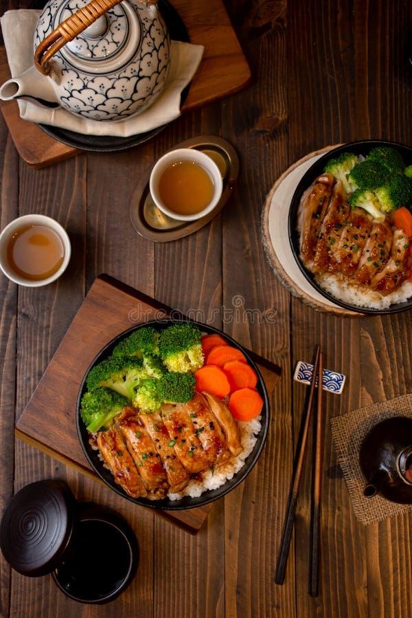 Uppsättningen för den bästa sikten av teriyakihönagallret med ris i asiatisk mat utformar royaltyfria foton