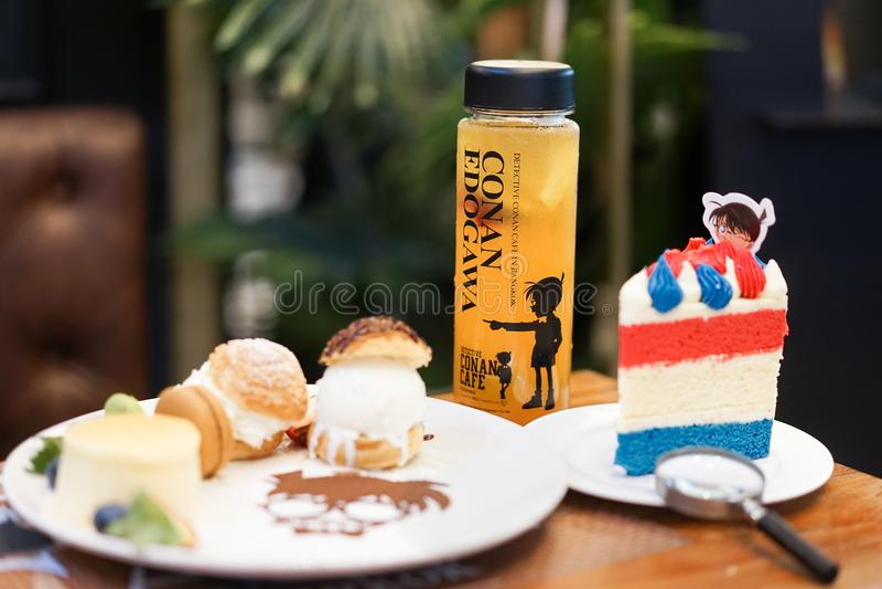 Uppsättningen för den Conan häftesötsaken och fruktfruktsaft på Baka-en-önskaen dekorerade i det Conan temat royaltyfri foto