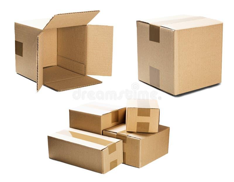 Uppsättninghögar av kartonger på isolerad vit bakgrund Jordlott med tomt utrymme för din text Modell för leverans- eller stolpese arkivfoto