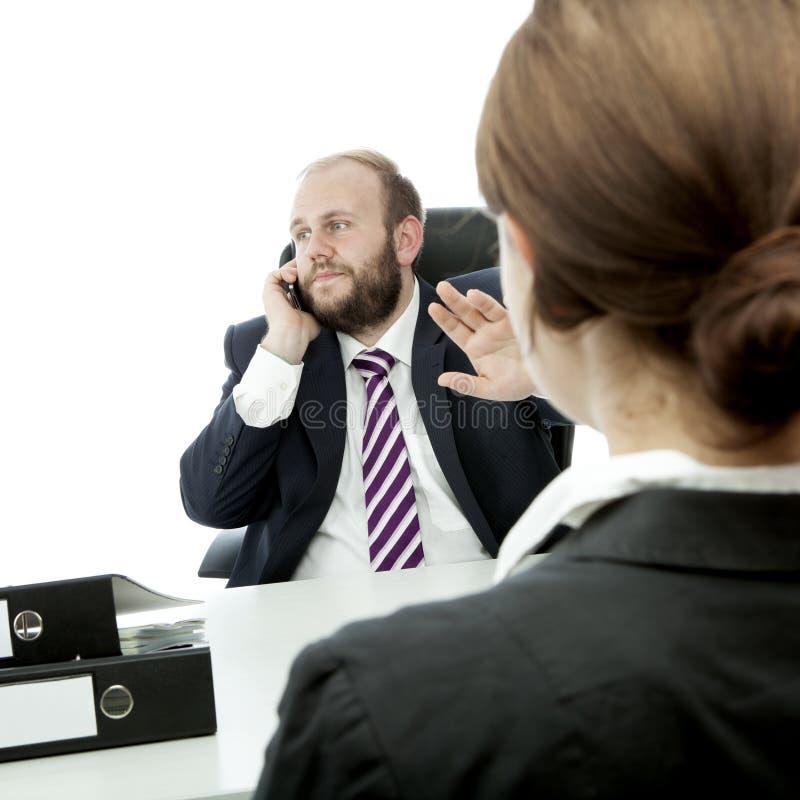 Uppsöka affärsmannen, och kvinnatecknet är tyst arkivbilder