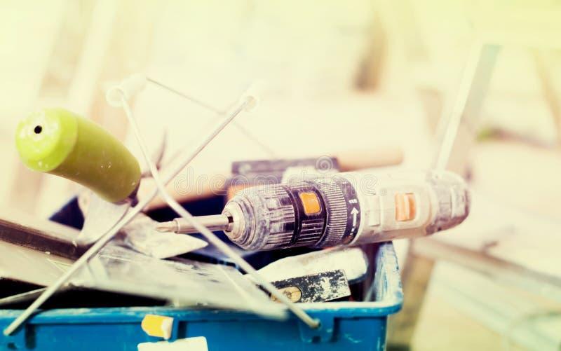 Upps?ttning av konstruktionshj?lpmedel f?r att reparera lokalen arkivbilder