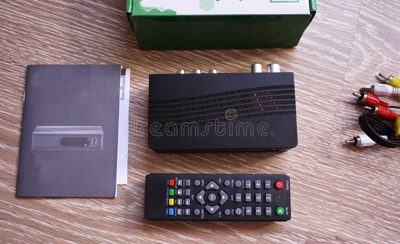 Upps?ttning-?verkant ask f?r att motta videoen och TVsignalen kontrollera remoten Detaljer och n?rbild arkivfoton