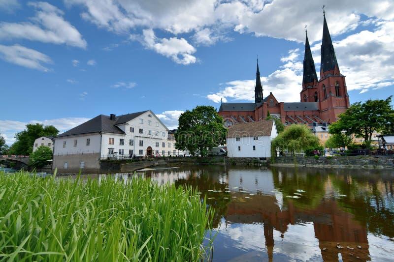 Uppsala, Suecia catedral y río Fyris fotos de archivo
