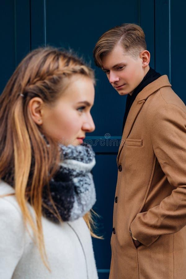 Uppsamling som flörtar intresserad flickabekant för man fotografering för bildbyråer