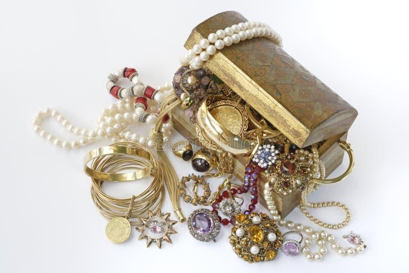 Skattbröstkorg med smycken arkivfoto