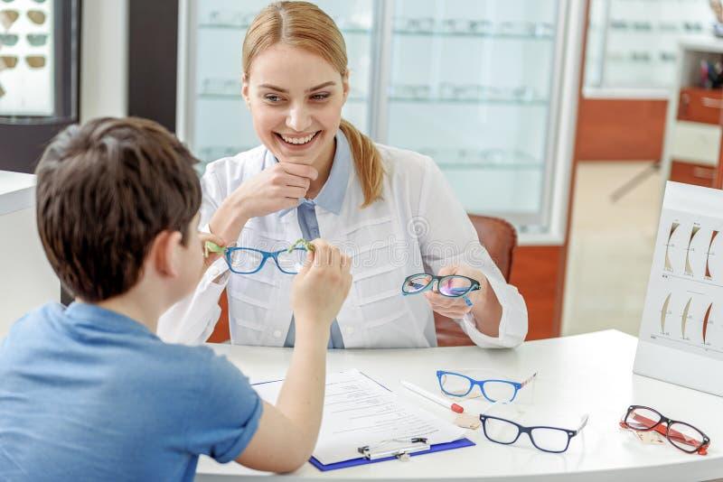 Uppsluppen ögonläkare som håller den roliga eyewearen royaltyfria foton